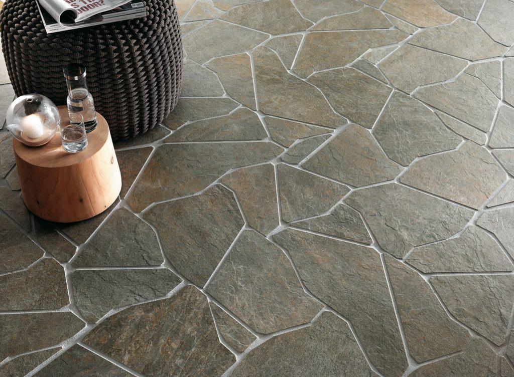 Каменная плитка на полу