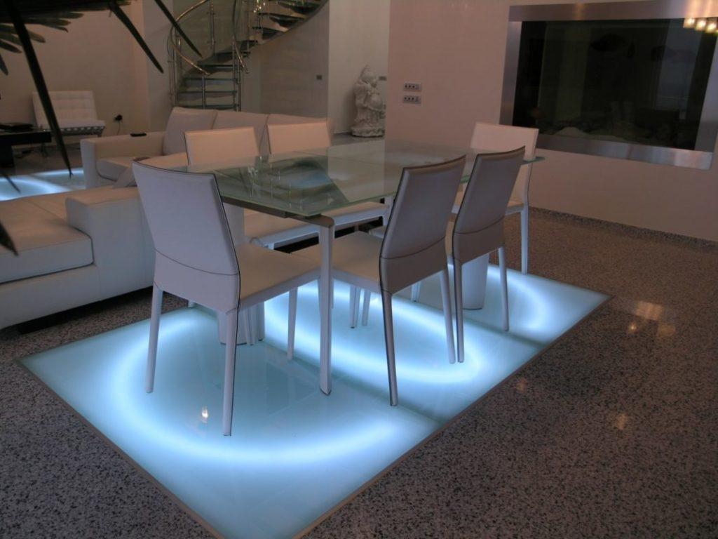Стеклянная вставка в полу с подсветкой