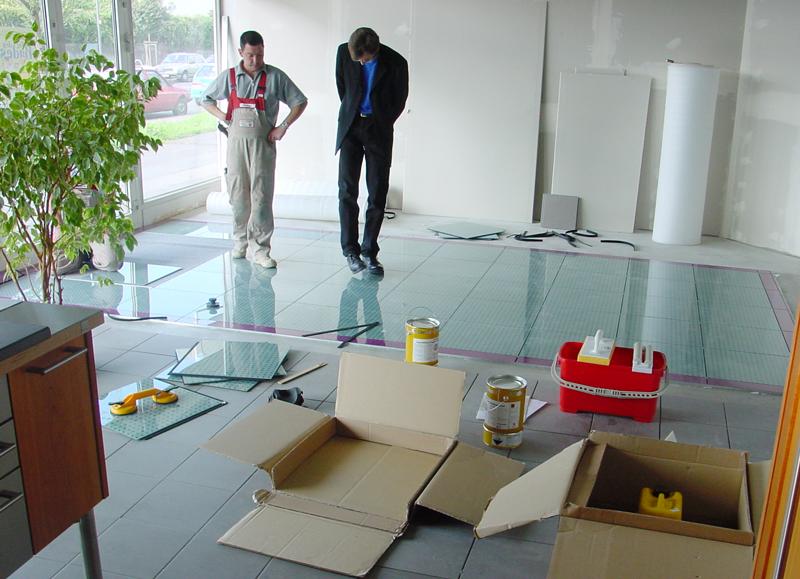 Производство работ по укладке стеклянного пола