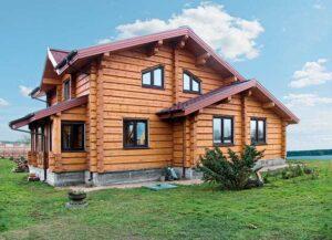 Дом из бревна: в чем его особенности и основные достоинства?
